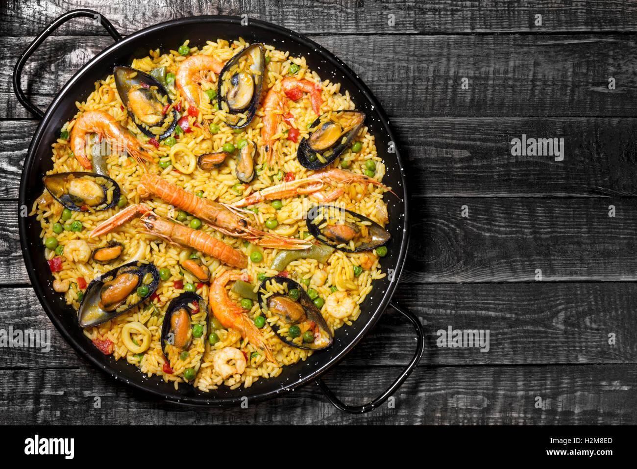 La Paella espagnole sur une table en bois foncé avec copie espace sur la droite Photo Stock