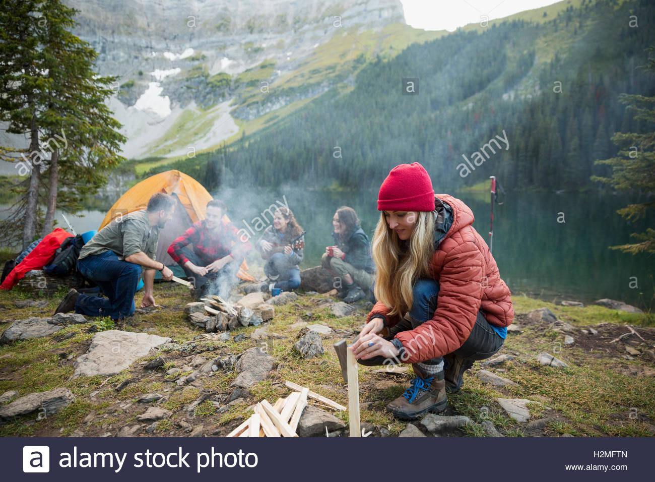 Bois de chauffage à distance de séparation femme camping au bord du lac Photo Stock