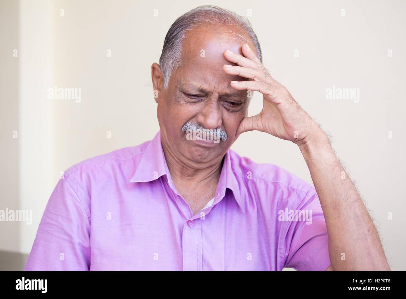 Closeup portrait morose, personne âgée retraitée baissés, sombre, reposant sur la main, la tête Photo Stock