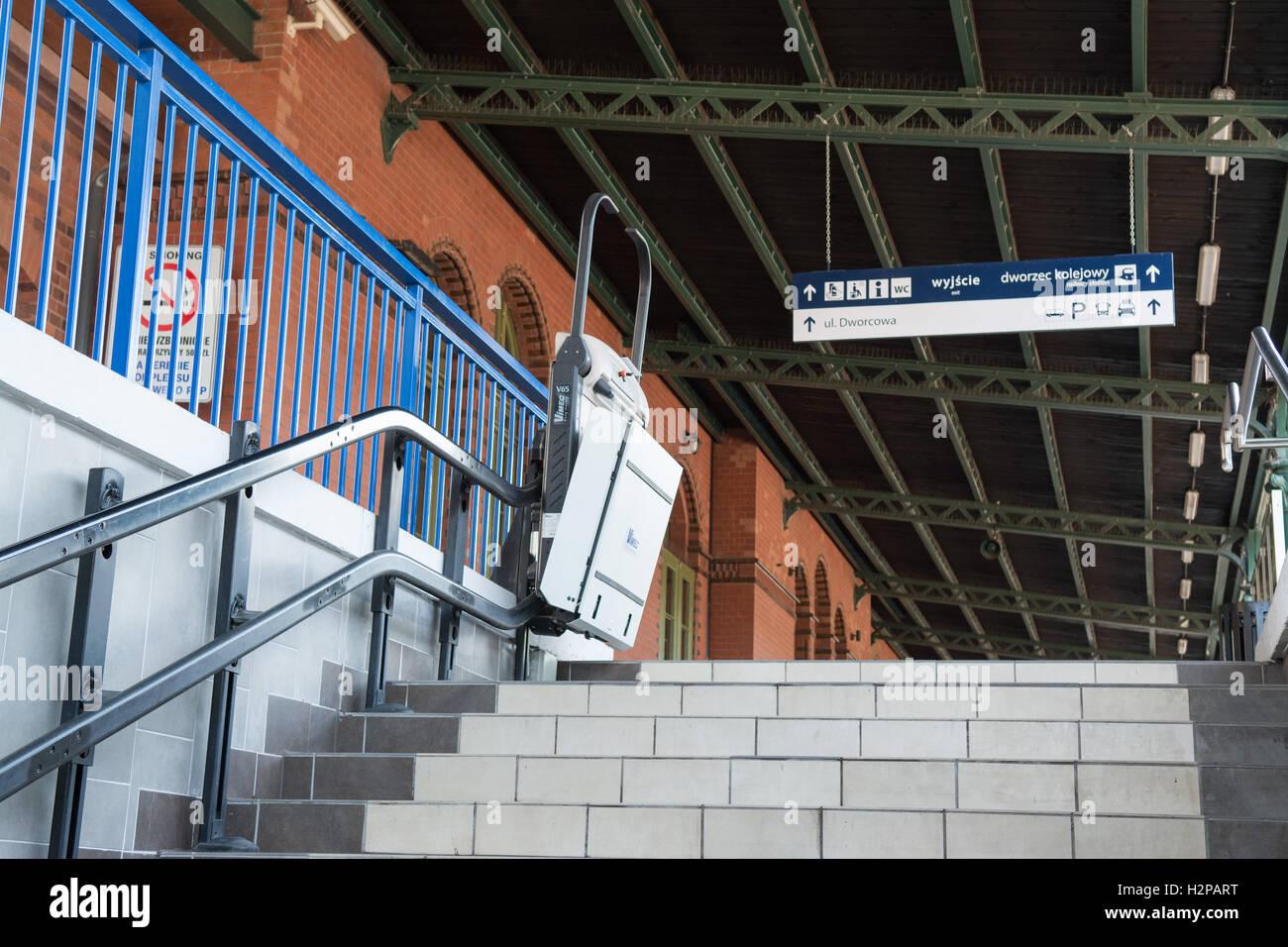 La gare de Malbork, Malbork, Pologne - monte-escalier pour aider les personnes à mobilité réduite Photo Stock