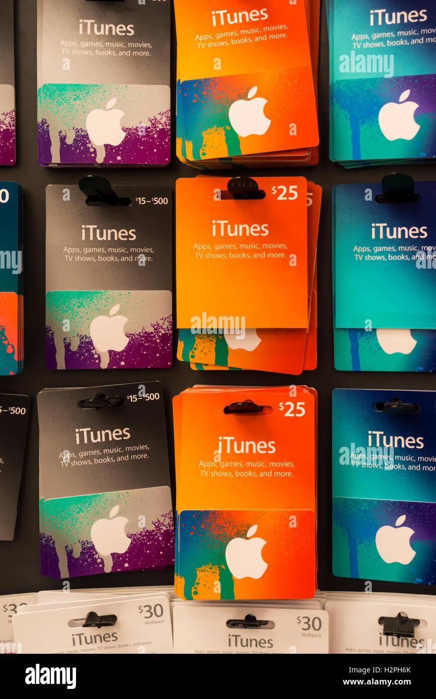 Les cartes cadeaux iTunes, une façon de donner les amis de la musique, des jeux et apps Photo Stock