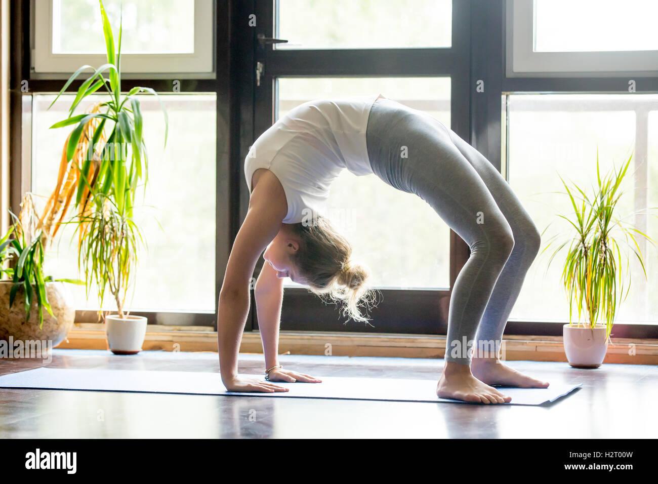 Du yoga à la maison: Pose du pont Photo Stock