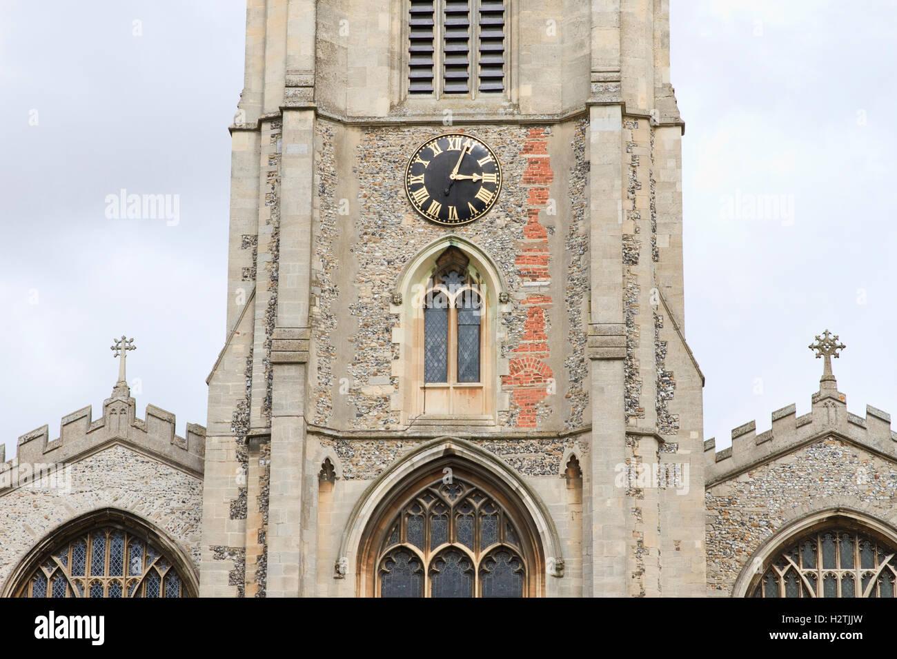 Partie supérieure de l'église et de section centrale de flèche de l'église paroissiale Photo Stock