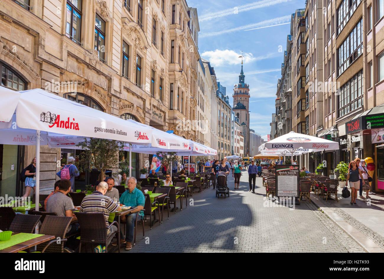 Leipzig, Allemagne. Cafés sur Nikolaistraße dans le centre-ville, en l'église Saint-Nicolas (Nikolaikirche), Photo Stock