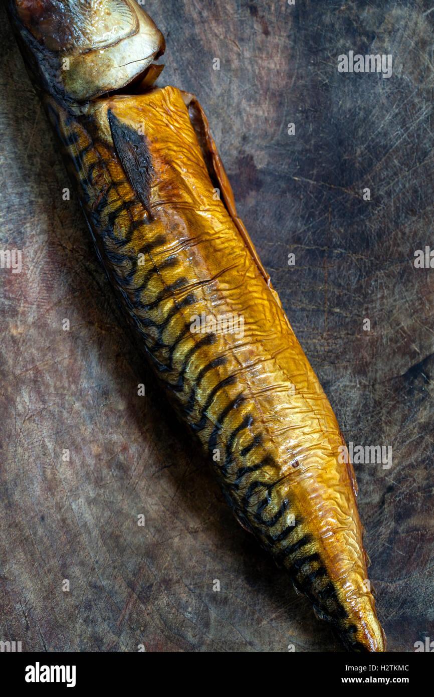 Sur le maquereau fumé wooden board Photo Stock