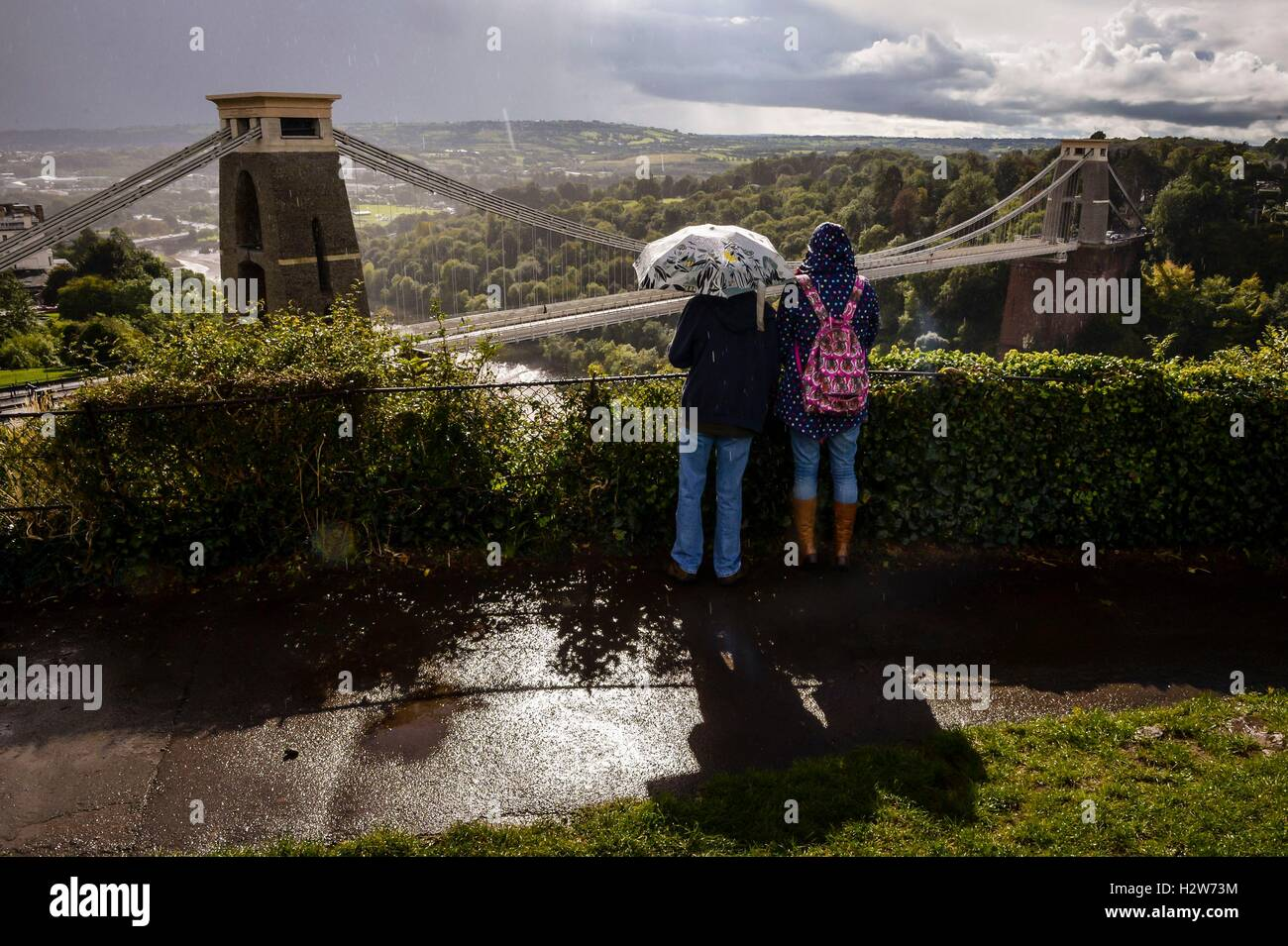 Les gens donnent sur le pont suspendu de Clifton près de Bristol dans Heavy Rain. Banque D'Images