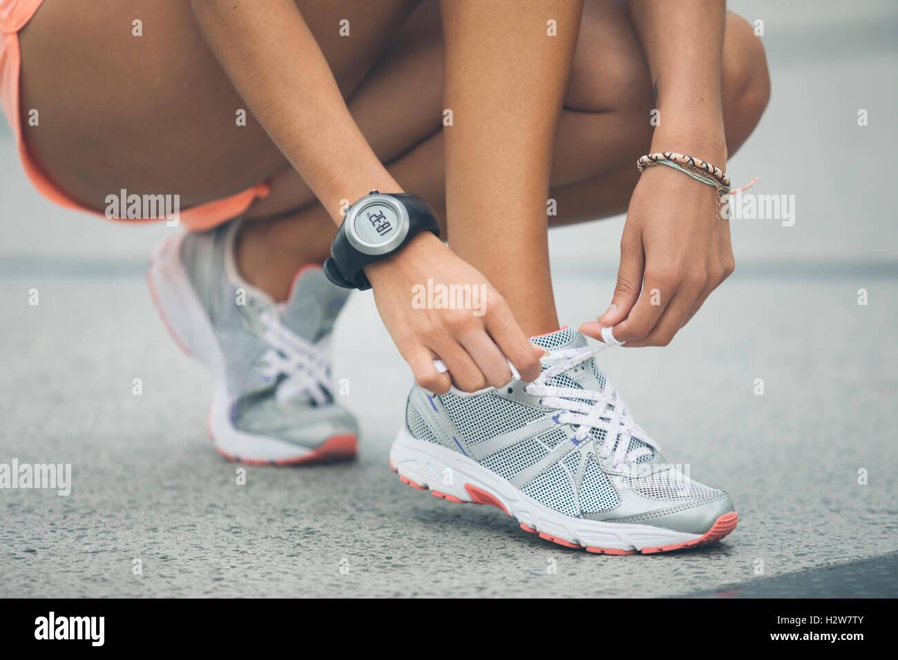 Attacher la chaussure de sport Femme Photo Stock