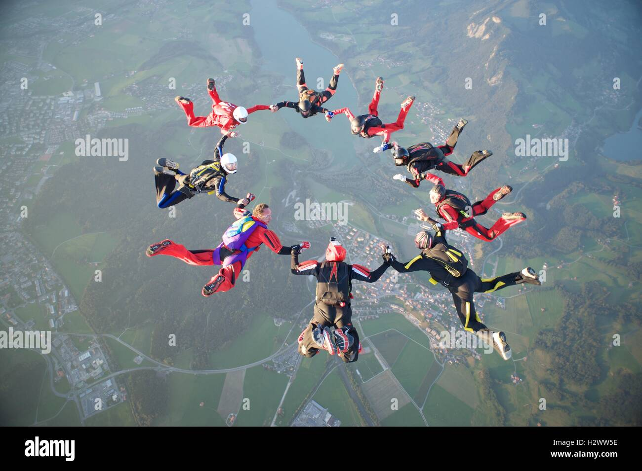 Neuf parachutistes forment une formation d'étoiles plus de Gruyères en Suisse Photo Stock
