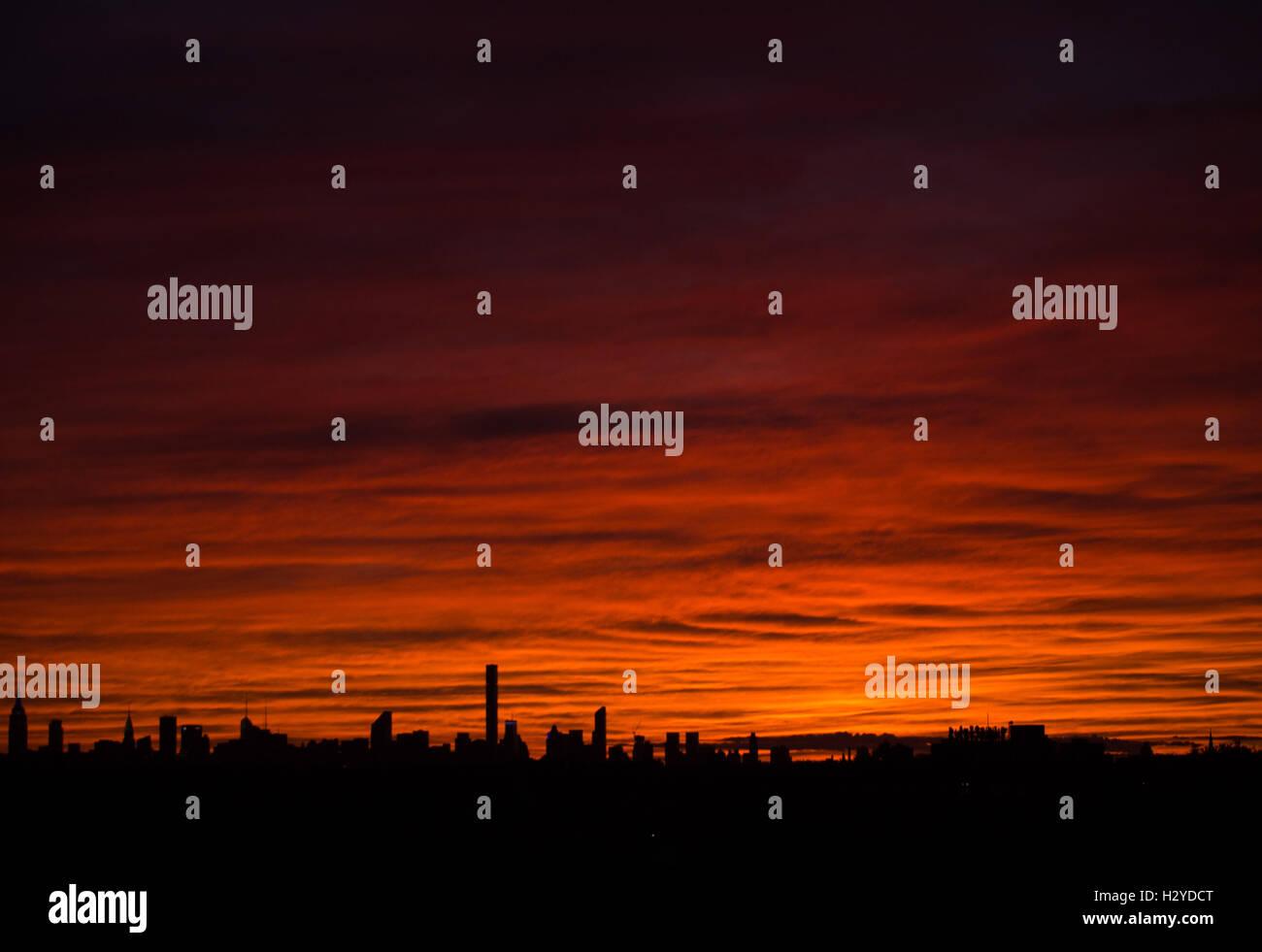 Coucher de soleil spectaculaire au-dessus de Manhattan, New York, USA Photo Stock