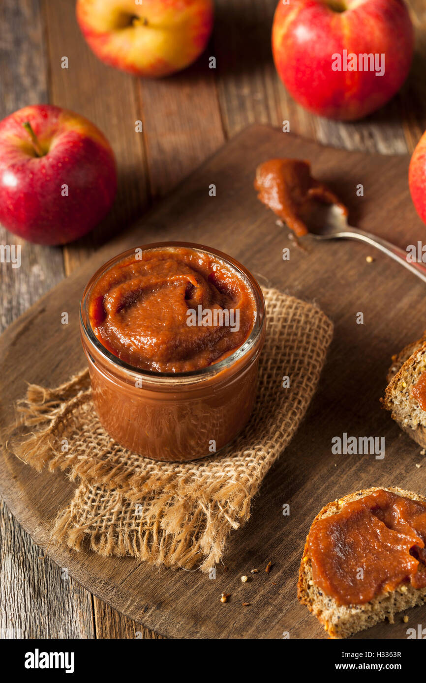 Le beurre de pomme sucré fait maison avec la cannelle et la muscade Photo Stock