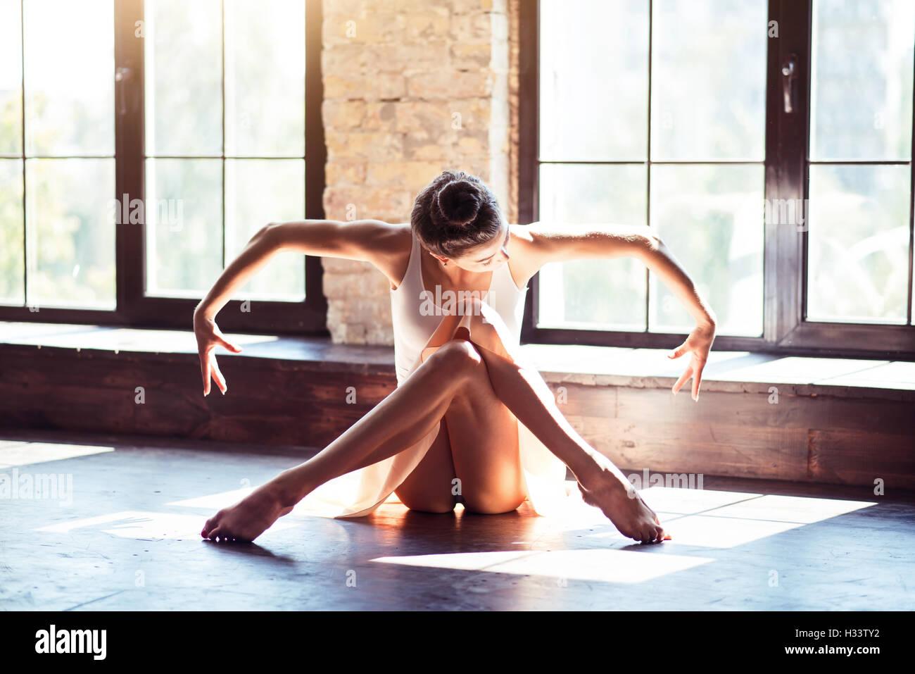 Charmante danseuse assis avec élégance Photo Stock