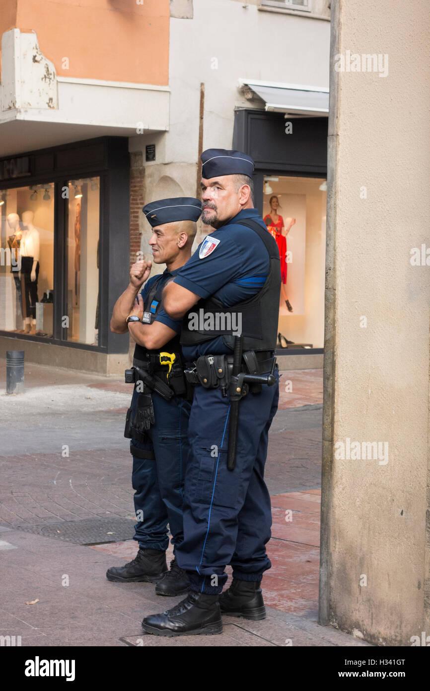 Les forces de sécurité de la police française armés montent la garde au coin de rue à Perpignan Photo Stock