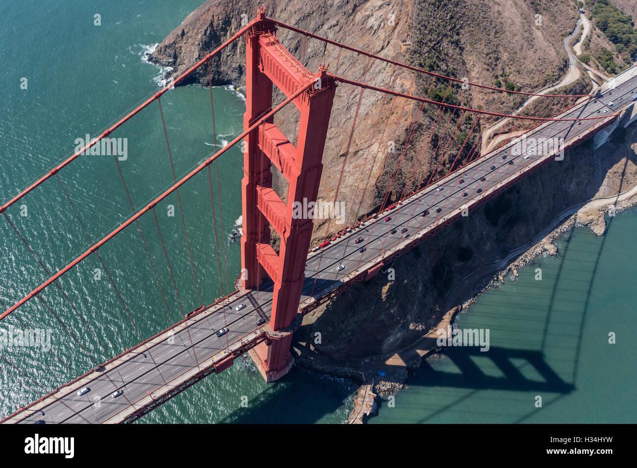 Le Golden Gate Bridge, Marin pointe et la baie de San Francisco vue aérienne. Photo Stock