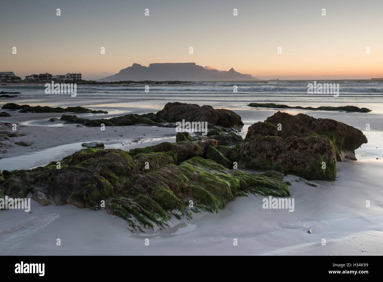 Coucher de soleil sur la Montagne de la table de Bloubergstrand, Cape Town Banque D'Images