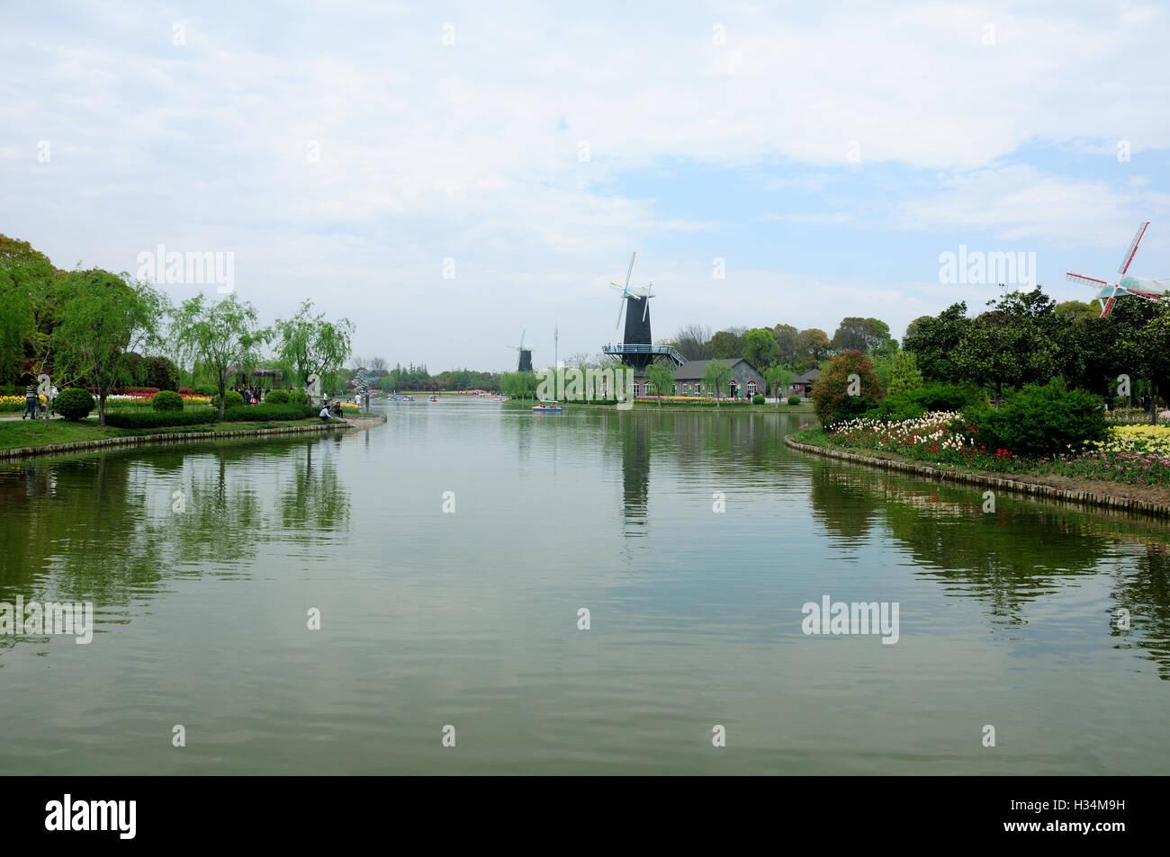 Un petit lac artificiel au Shanghai le port entouré de moulins à ...