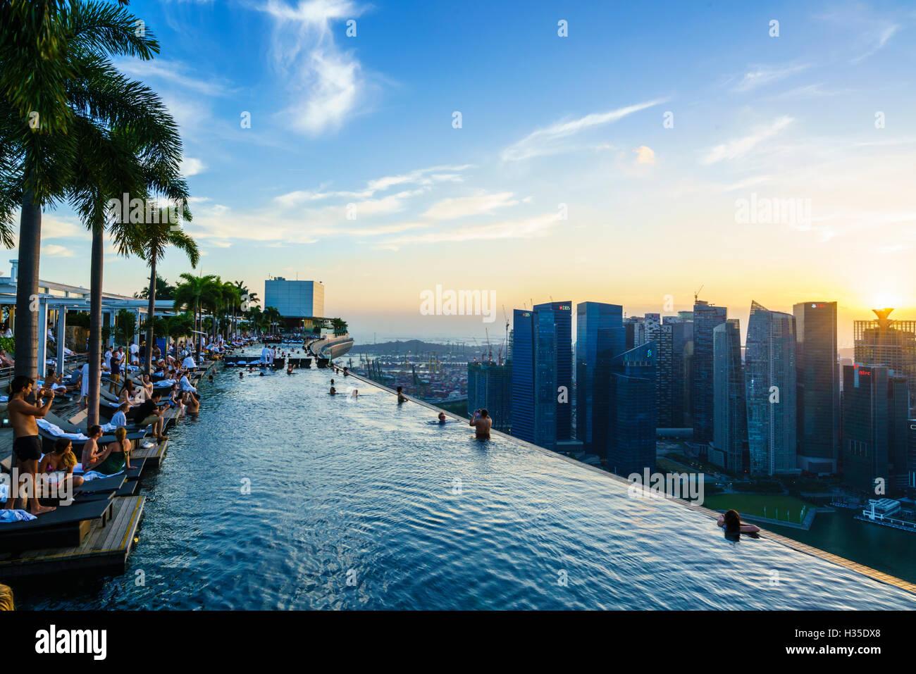 Piscine à débordement sur le toit de l'hôtel Marina Bay Sands avec des vues spectaculaires sur Photo Stock