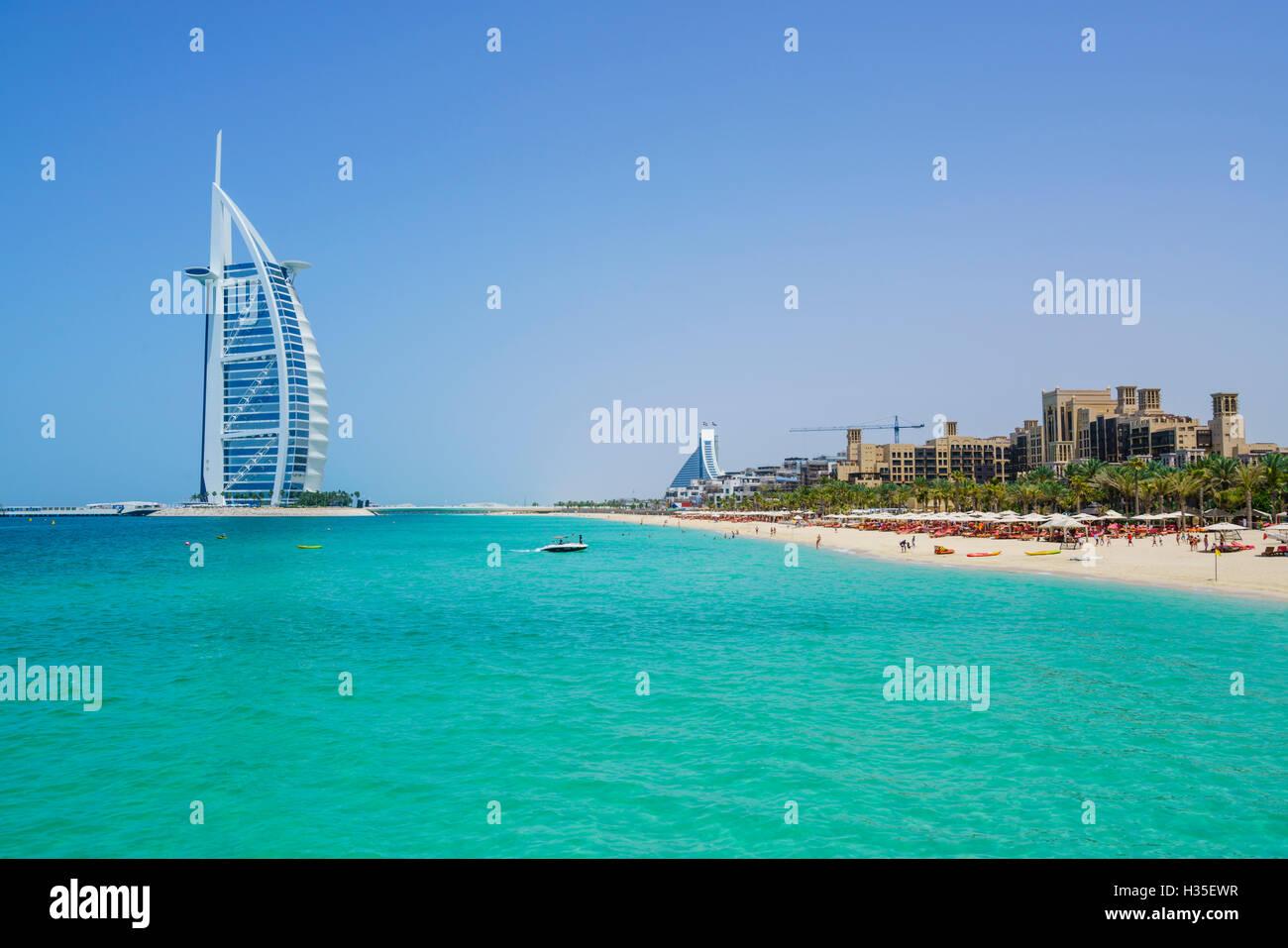 Burj Al Arab, Dubaï emblématique monument, la plage de Jumeirah, Dubai, Émirats arabes unis, Moyen Photo Stock