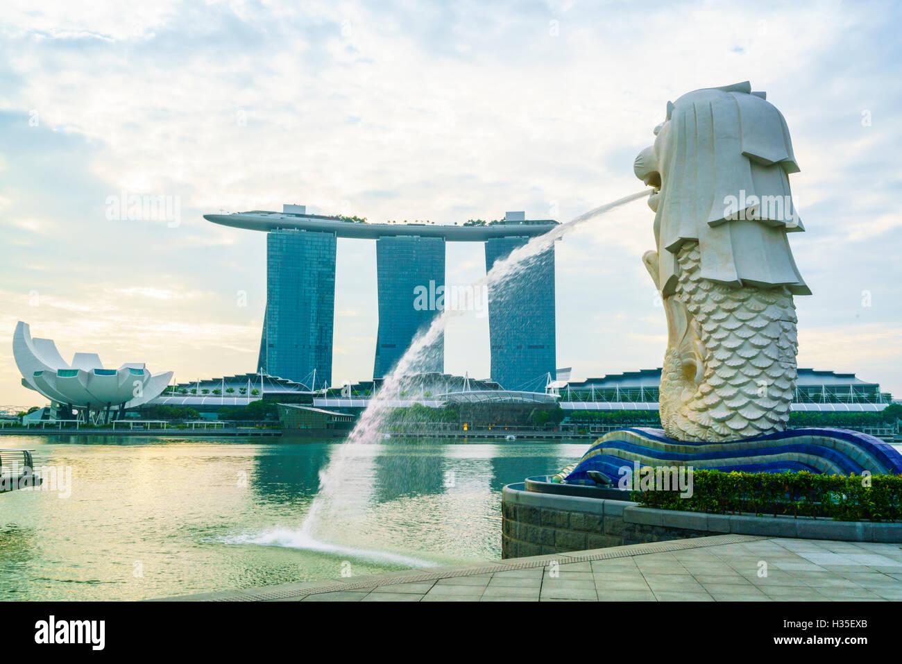 Statue du Merlion, le symbole national de Singapour et son plus célèbre monument, Merlion Park, Marina Bay, Singapour Banque D'Images