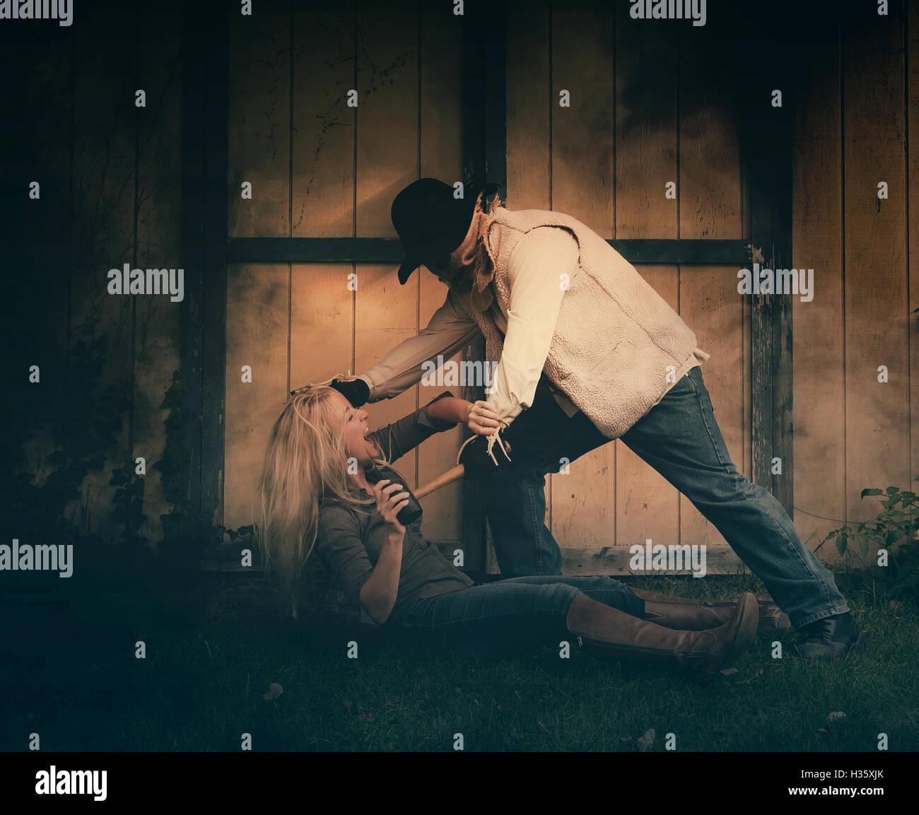 Un peu d'homme dangereux avec un masque s'attaque à une femme, à l'extérieur dans la nuit pour une crainte, de meurtre ou de la victime. Banque D'Images