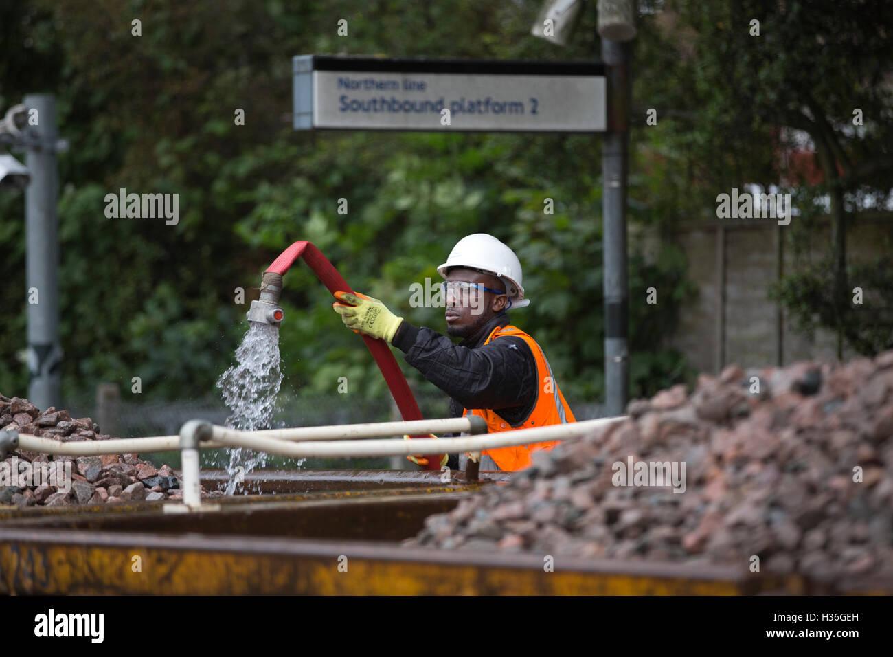 Métro de Londres des ingénieurs qui travaillent sur la voie du Nord, remplacement des rails du métro Photo Stock