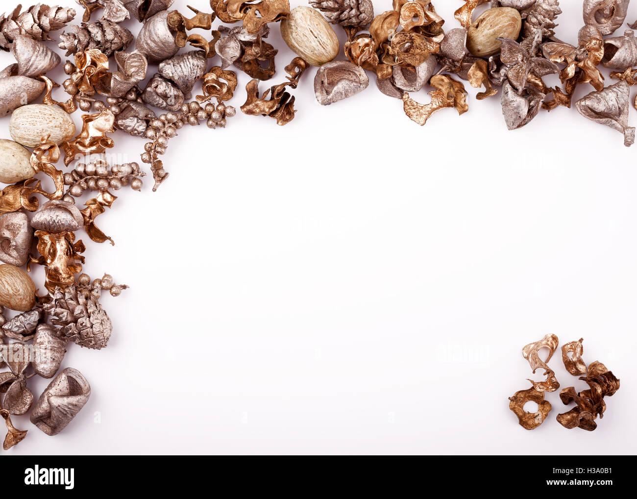 Maquette de noël de bureau d un pot pourri d or sur fond blanc
