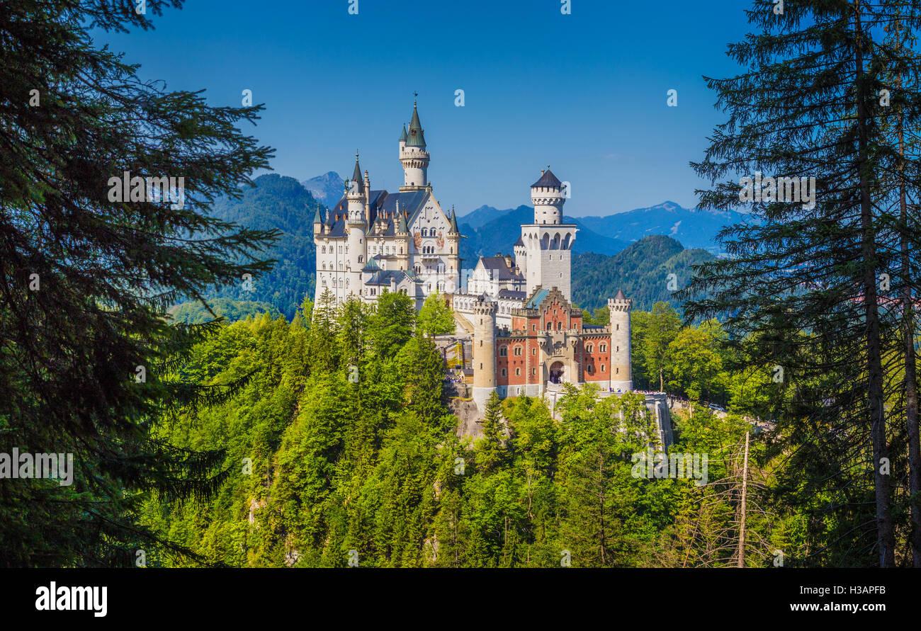 Vue avant de l'Unique célèbre château de Neuschwanstein près de la ville de Fussen lors Photo Stock