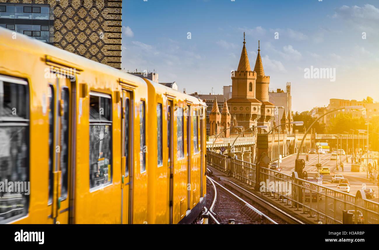 Vue panoramique de la ville historique de Berliner U-Bahn avec célèbre Oberbaum Bridge au coucher du soleil, Photo Stock