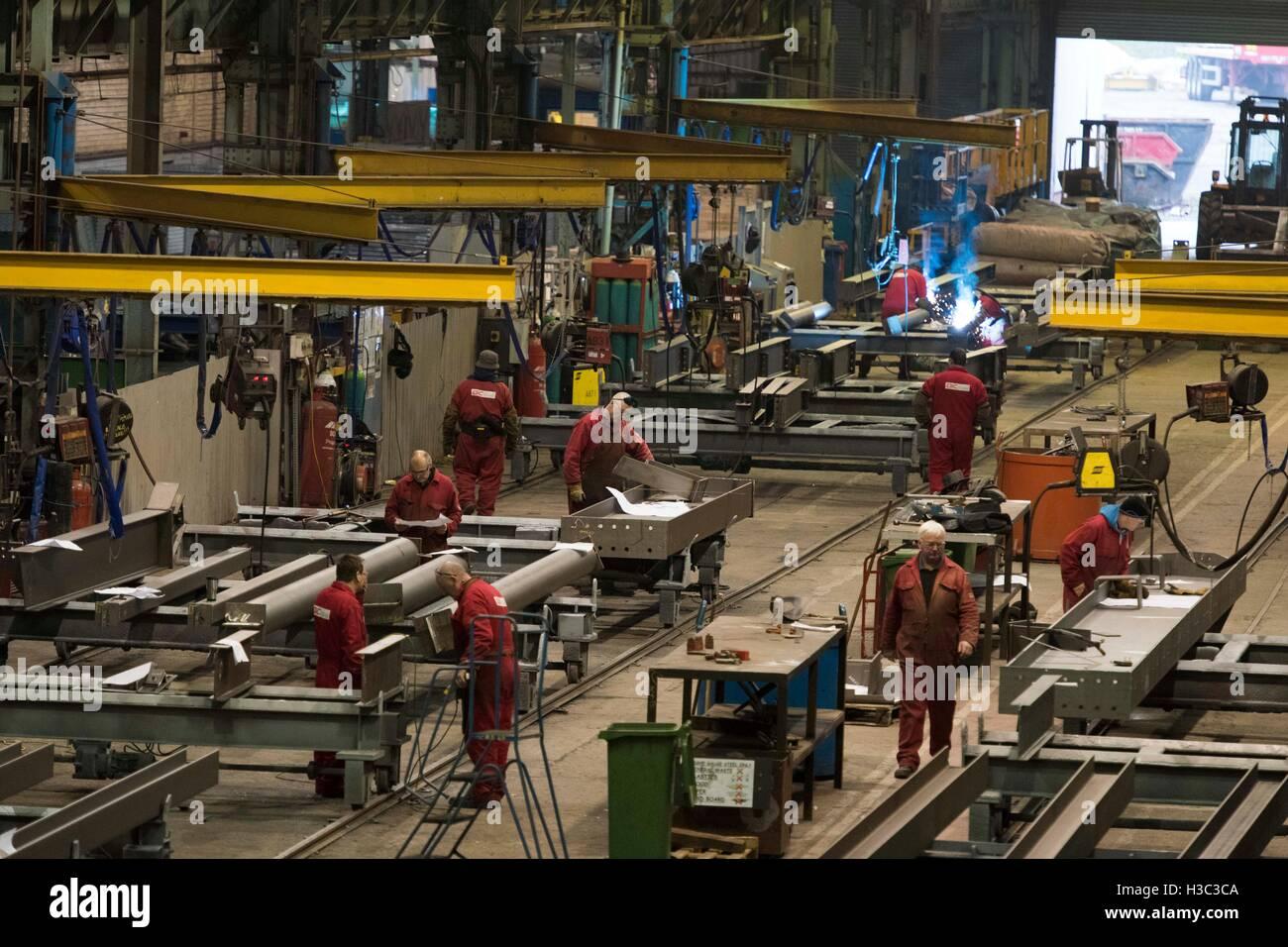 Les métallos au travail à l'acier de l'AIC à Newport où 100 emplois ont été Photo Stock