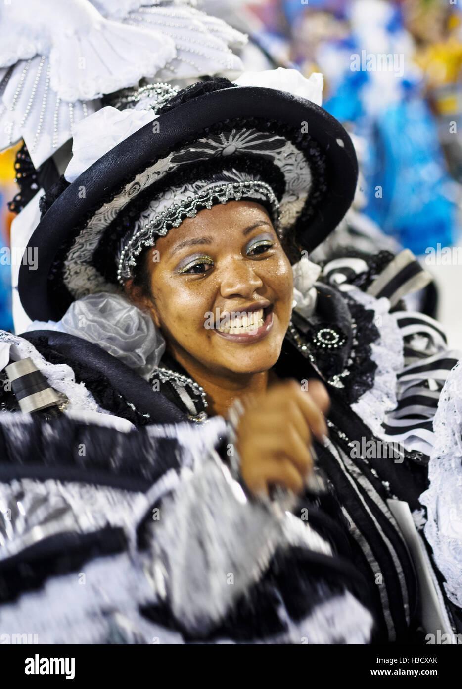 Brésil, État de Rio de Janeiro, ville de Rio de Janeiro, Samba Dancer dans le défilé du carnaval au Sambadrome Marques Banque D'Images