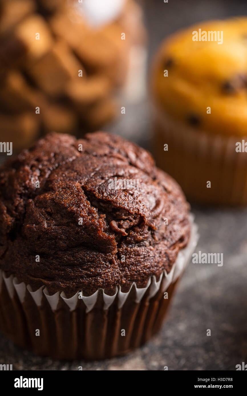 Muffin au chocolat savoureux sur la vieille table de cuisine. Photo Stock