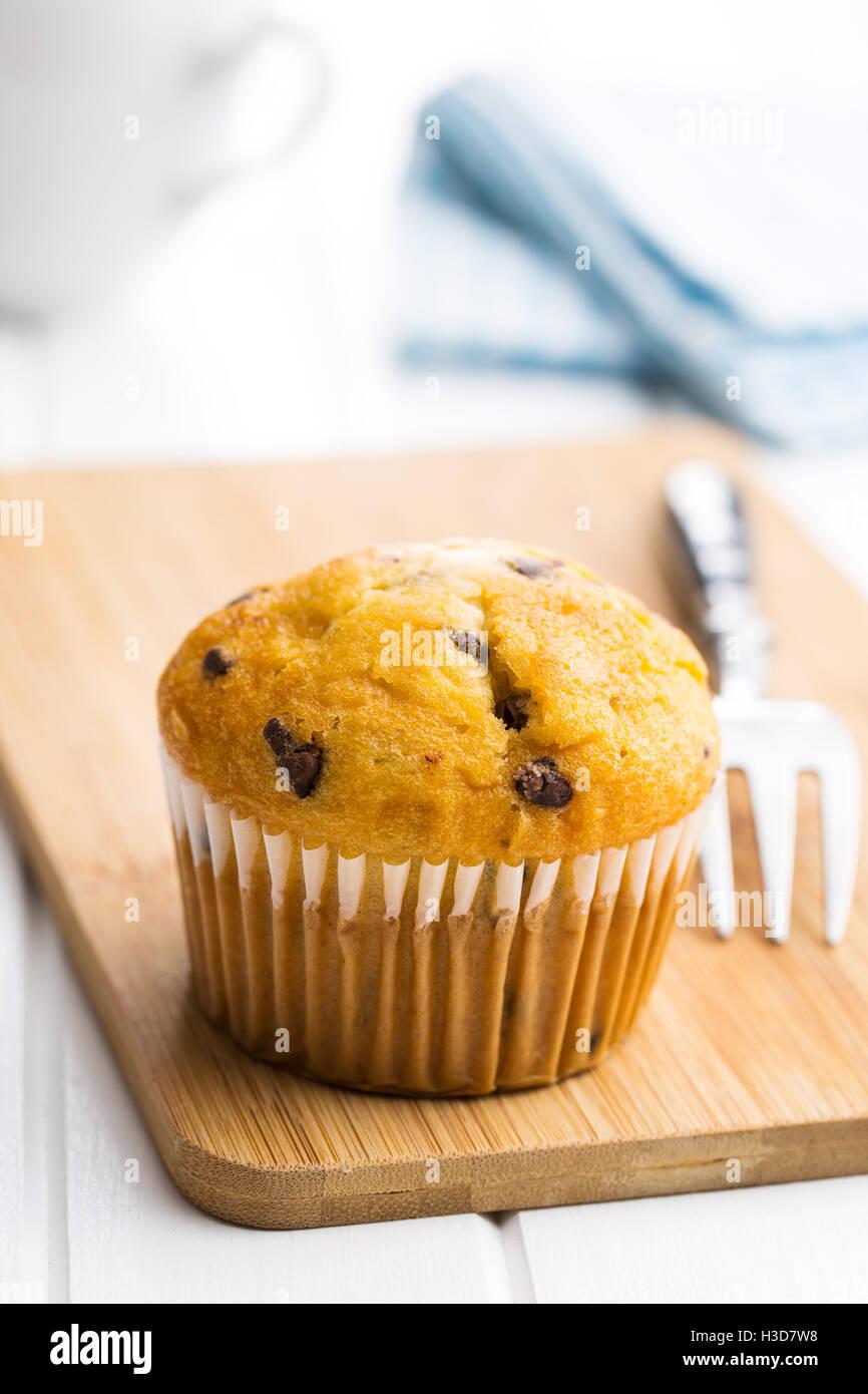 Le muffin au chocolat savoureux sur tableau blanc. Photo Stock