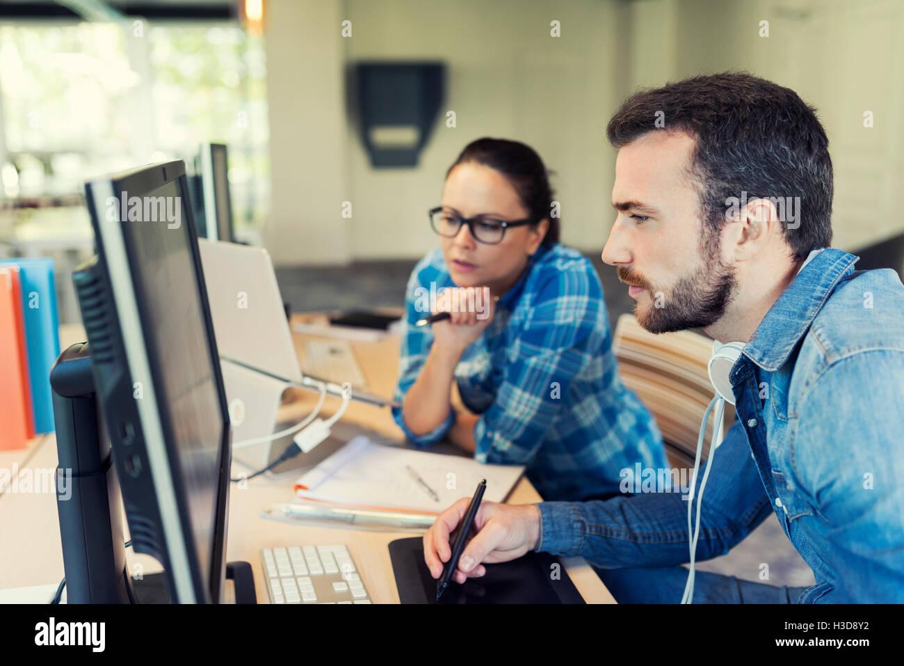 Deux pigistes travaillant ensemble dans l'espace de coworking. Réunion de l'équipe d'affaires in modern office Banque D'Images