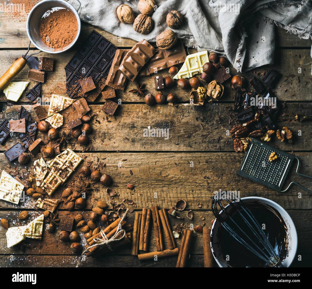 Arrière-plan avec le chocolat, les noix et d'épices sur fond en bois Photo Stock