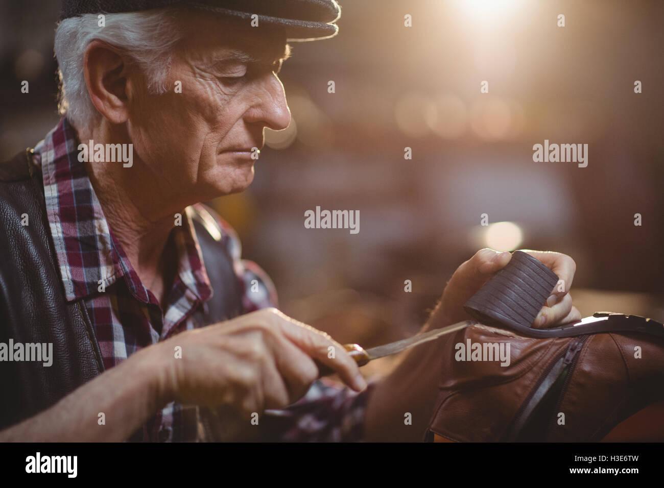 Cordonnier réparation d'un service de Photo Stock