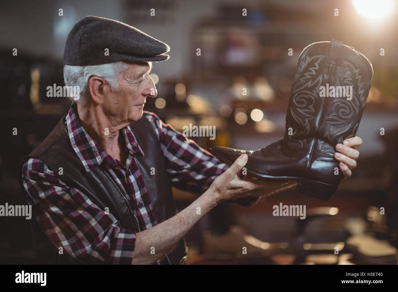Shoemaker l'examen d'un service de Photo Stock