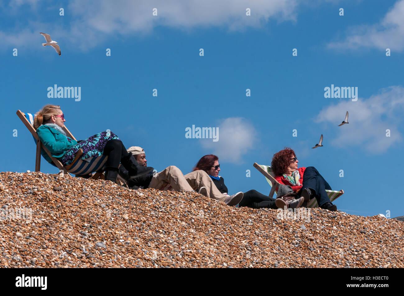 La plage de Brighton sur l'après-midi de printemps ensoleillé Photo Stock