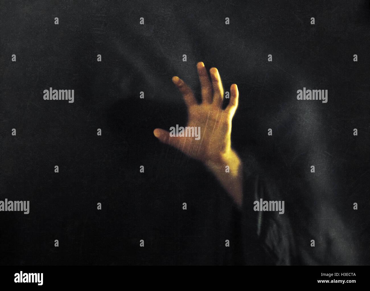 Ombre derrière verre rayé poussiéreux Photo Stock