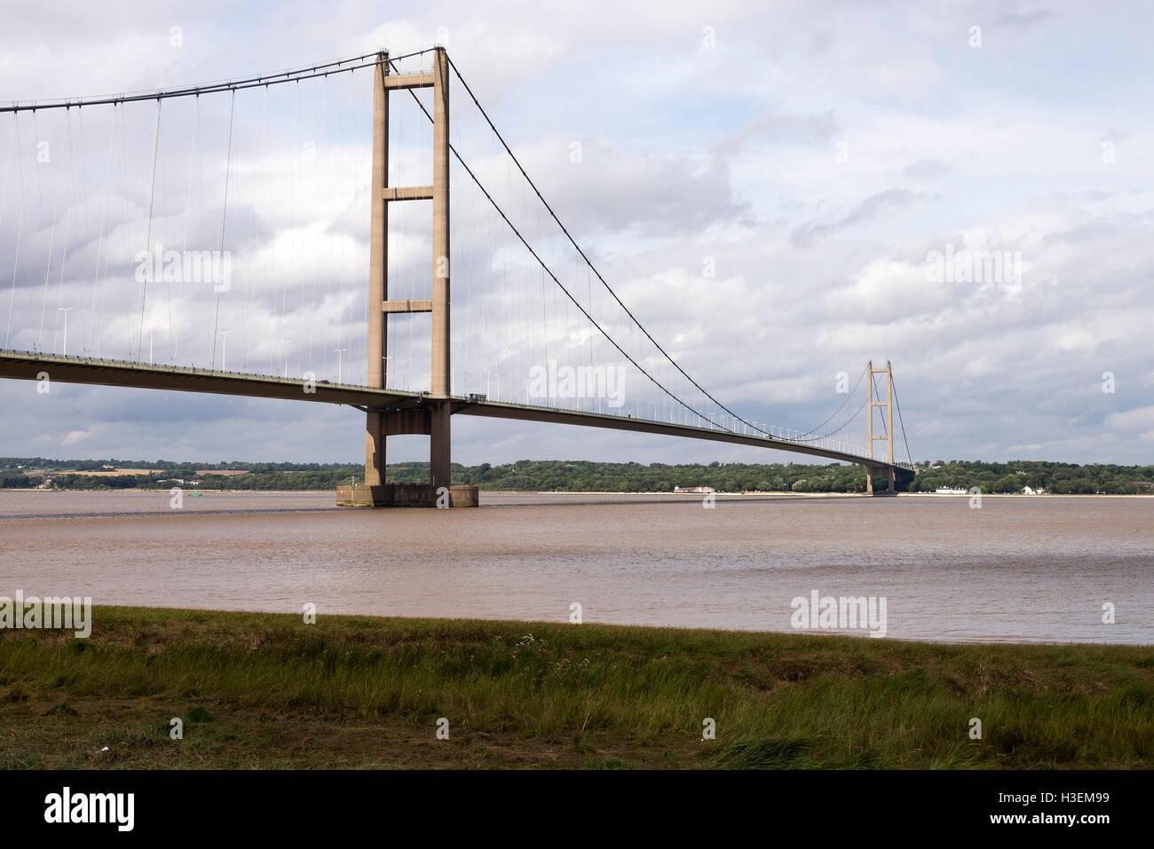 Le pont suspendu Humber traverse l'estuaire de la rivière Humber du Lincolnshire au Yorkshire Angleterre Royaume-Uni Banque D'Images