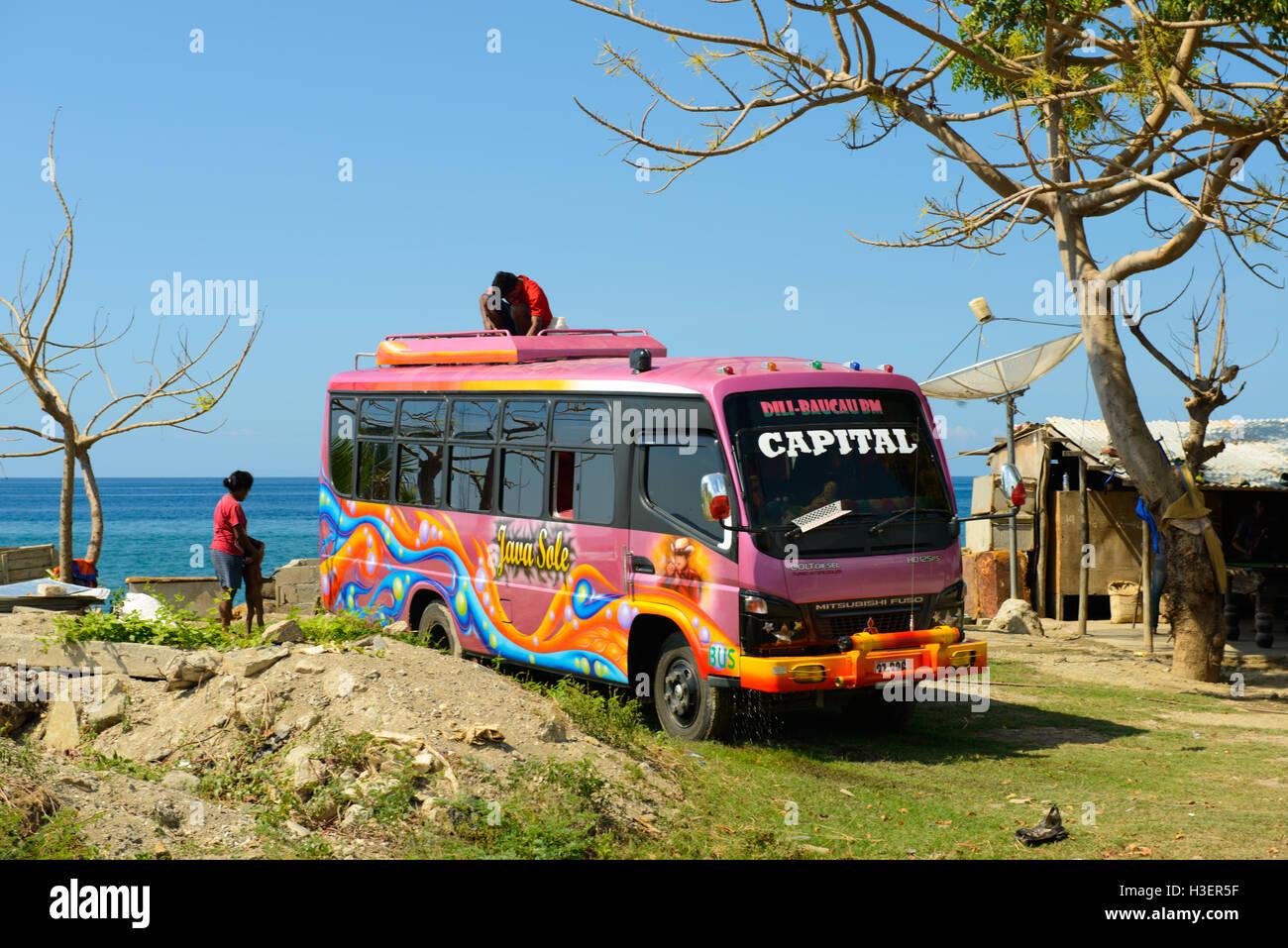 Bus colorés par la plage, Dili, Timor Leste Banque D'Images