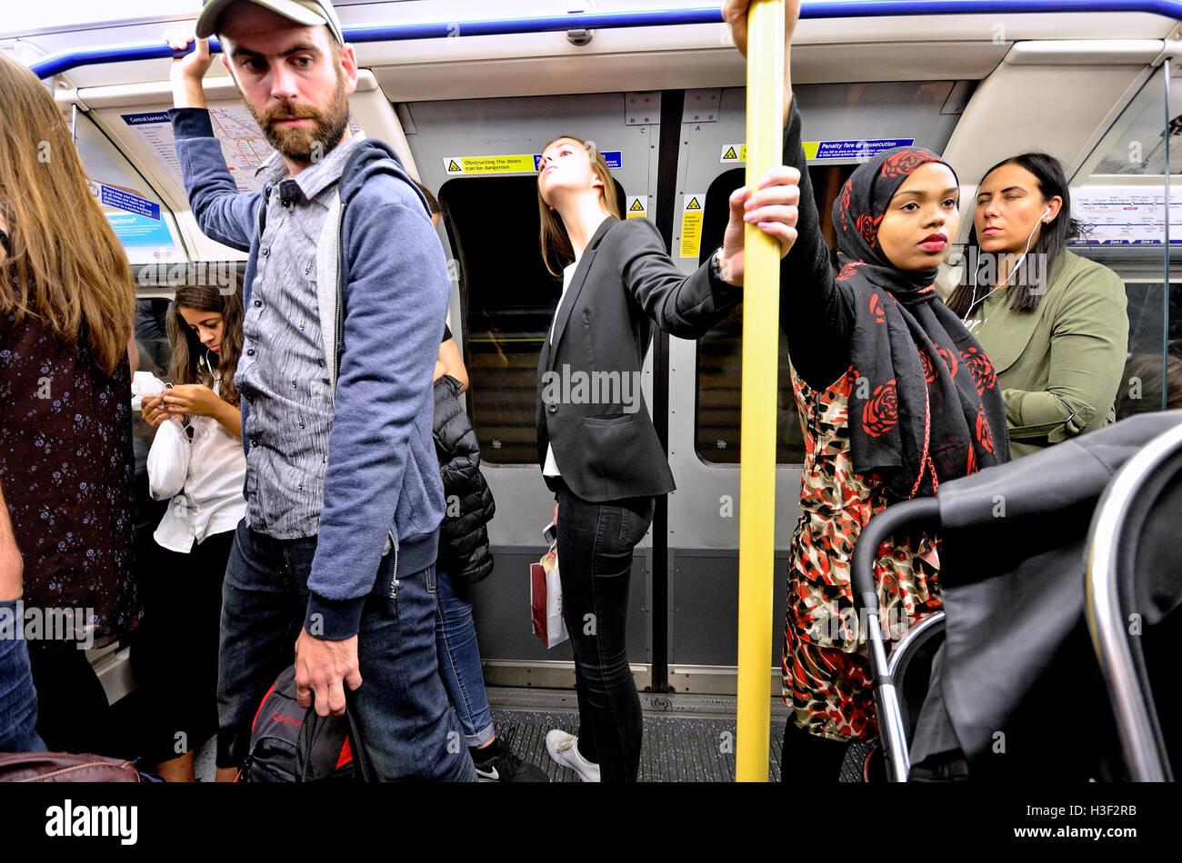 Londres, Angleterre, Royaume-Uni. Les gens debout dans un train de métro Photo Stock
