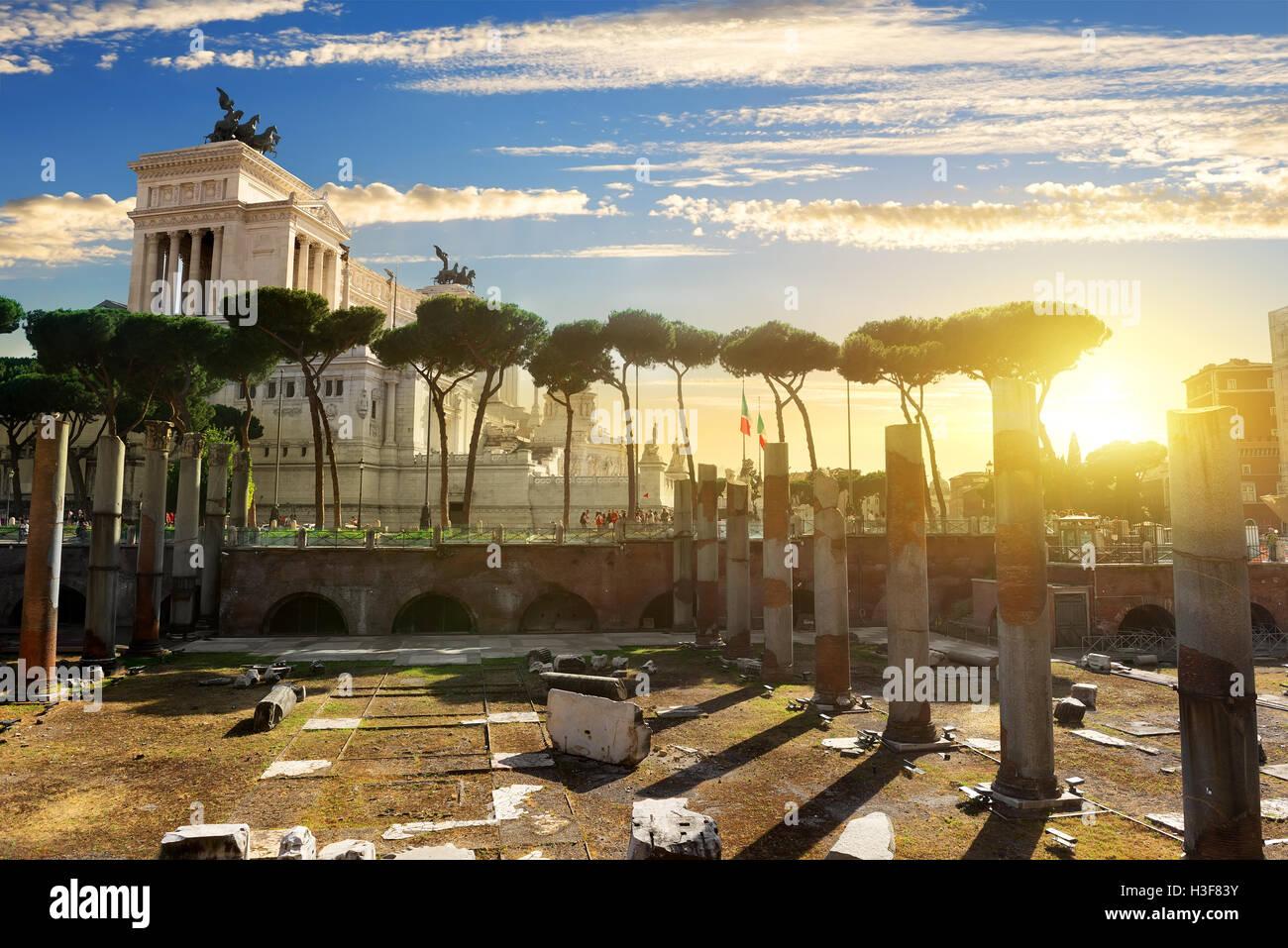 Forum Traiani et Vittoriano à Rome au coucher du soleil, de l'Italie Banque D'Images