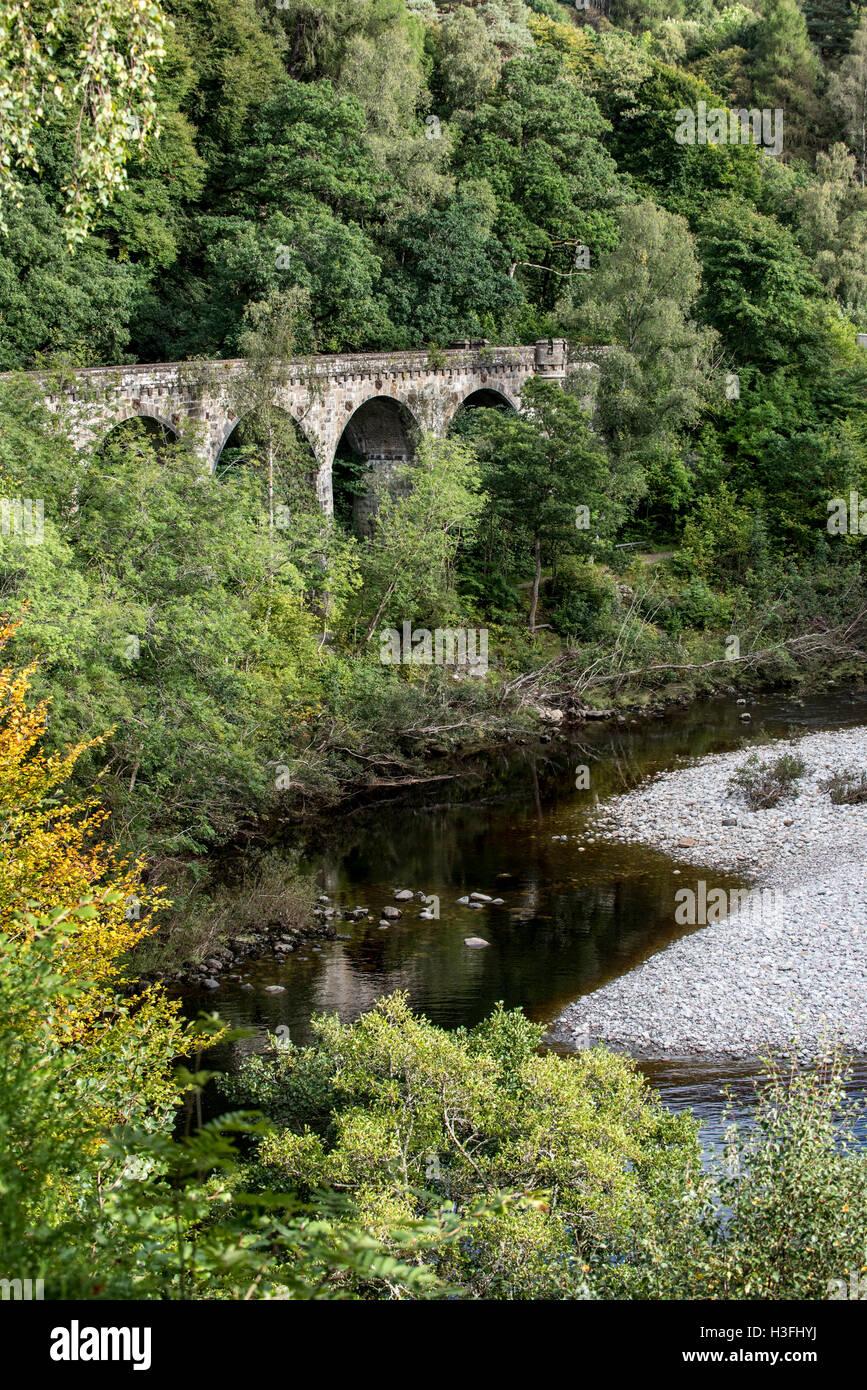 Viaduc Ferroviaire au col de Killiecrankie dans Glen Garry, Perth et Kinross, Scotland, UK Banque D'Images