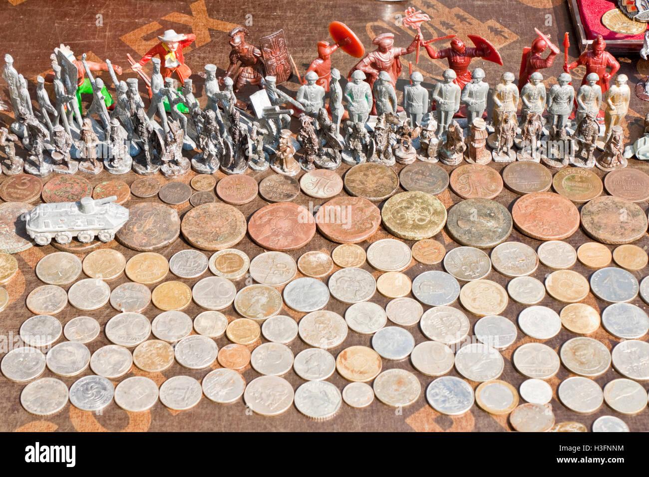 D'anciennes pièces et petits soldats sur un étal d'un marché aux puces à Lviv, Ukraine. Banque D'Images