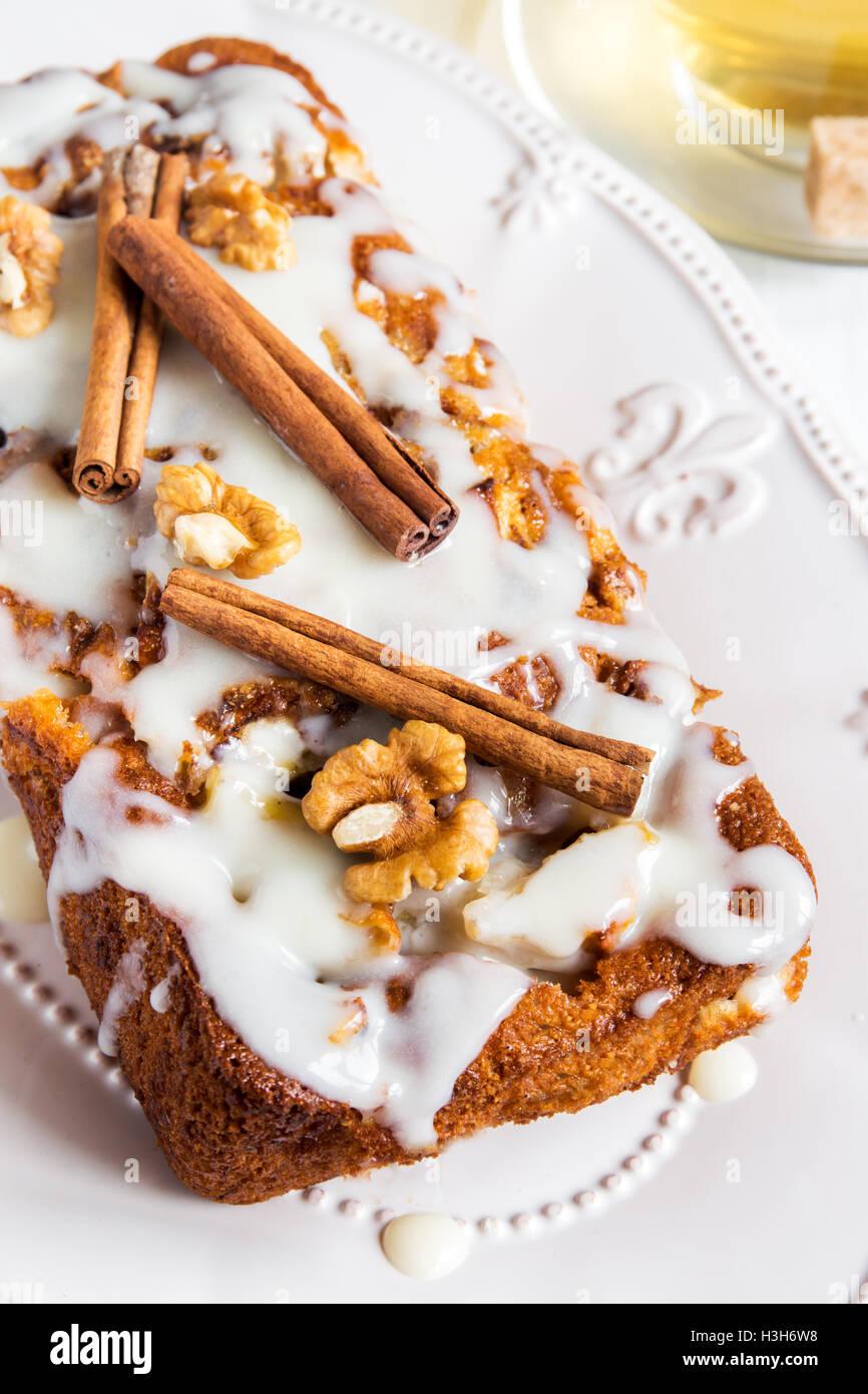 Cannelle walnut cake fait maison avec une sauce à la crème sucrée - Christmas accueil boulangerie Photo Stock