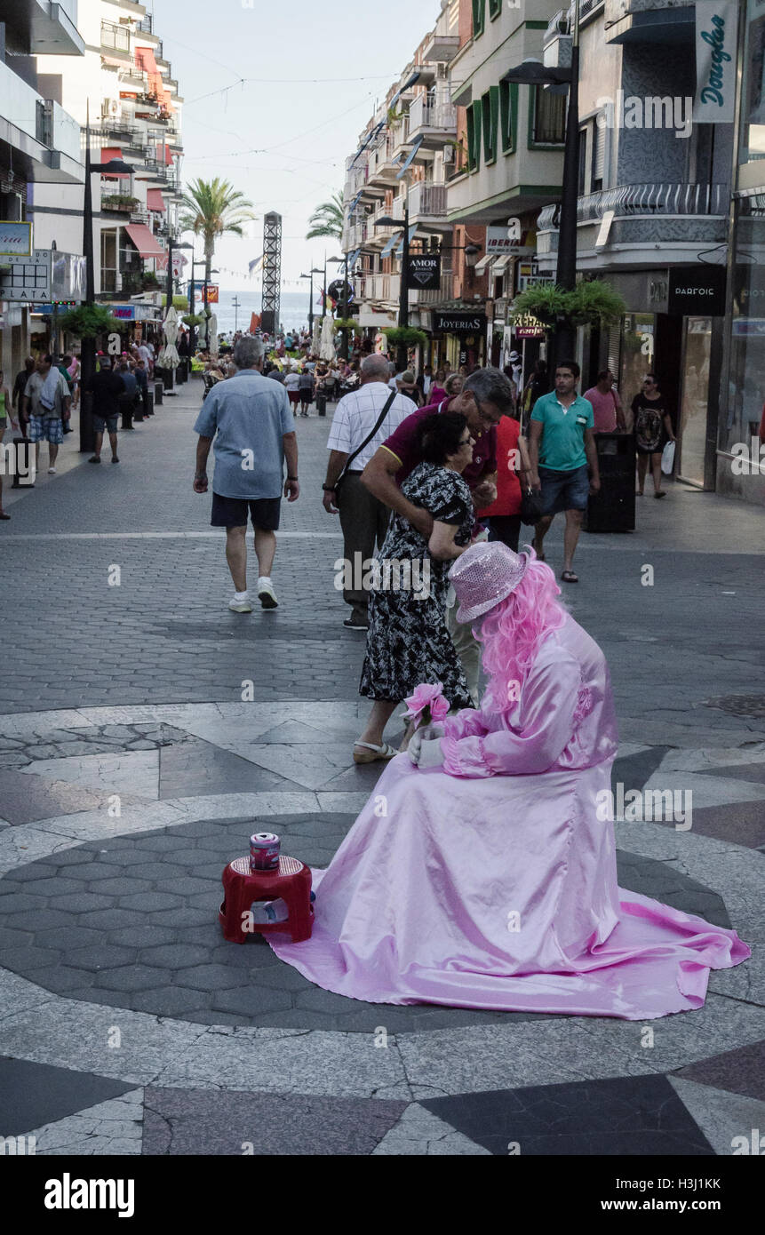 Vue d'un déguisement rose dans la ville de Benidorm, Alicante, Espagne du nord Photo Stock