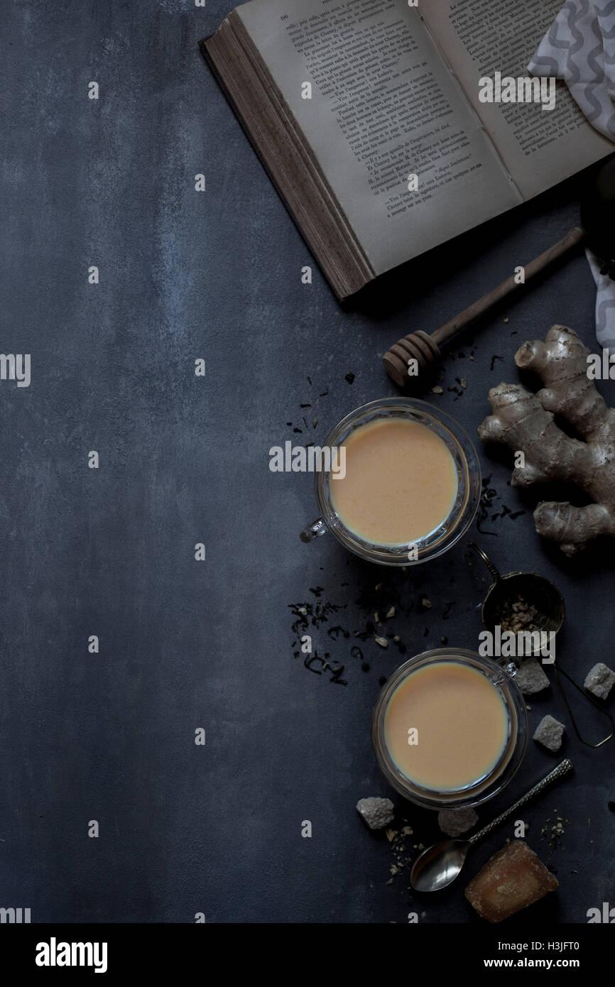 Thé Chai et livre historique Photo Stock