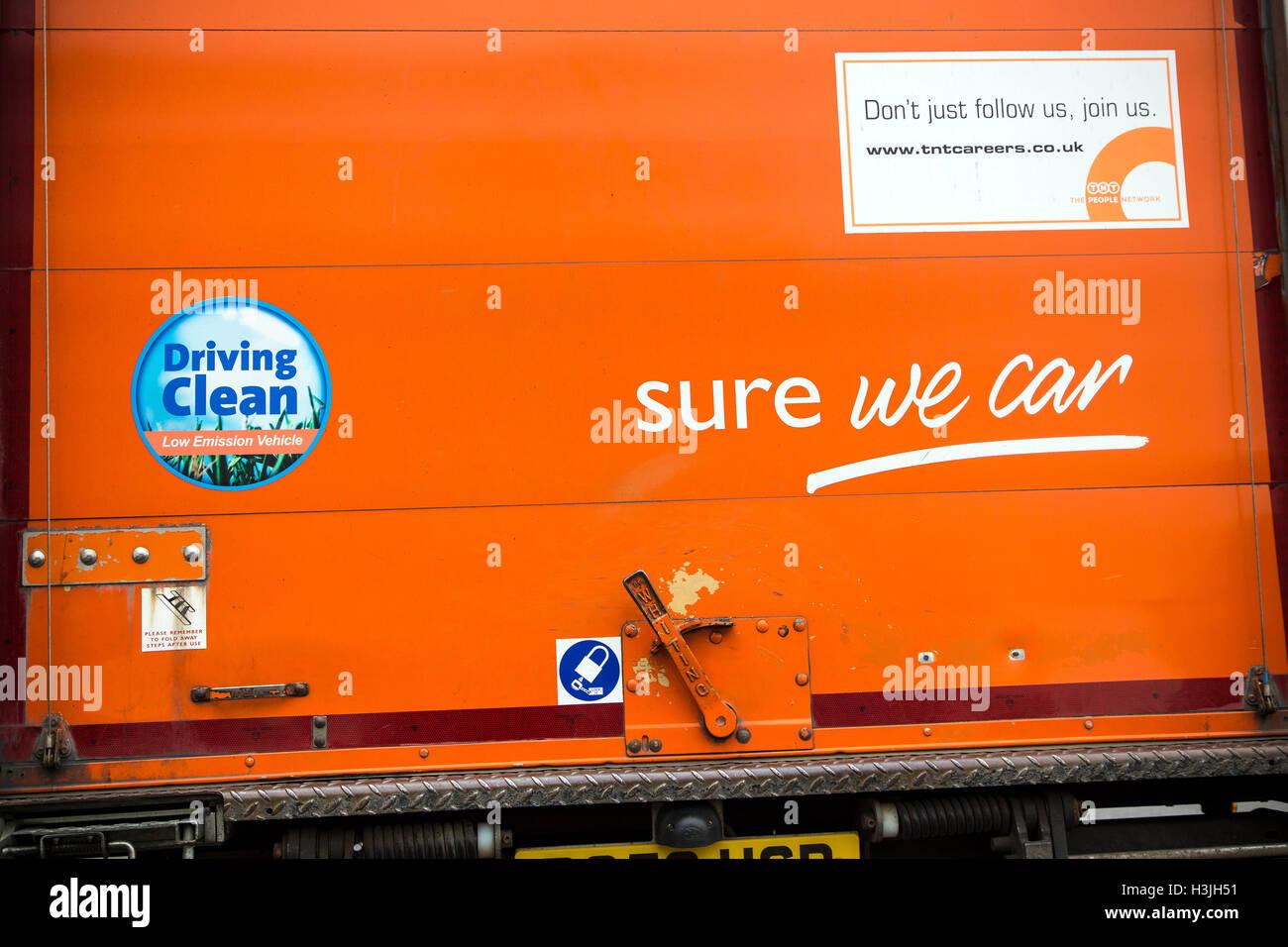 Van tnt avec slogan que nous pouvons,marché, livraison, corporation, Isuzu, d'affaires, large, de l'expédition, Photo Stock