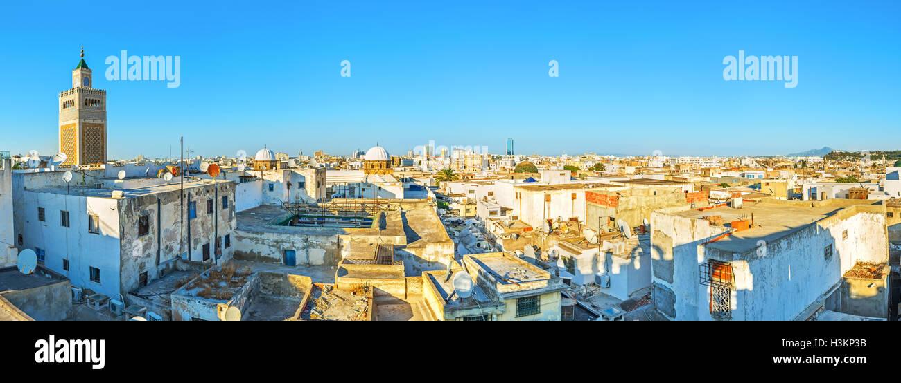 La vue aérienne de la Médina de Tunis avec le haut minaret de la Grande Mosquée, la Tunisie. Photo Stock