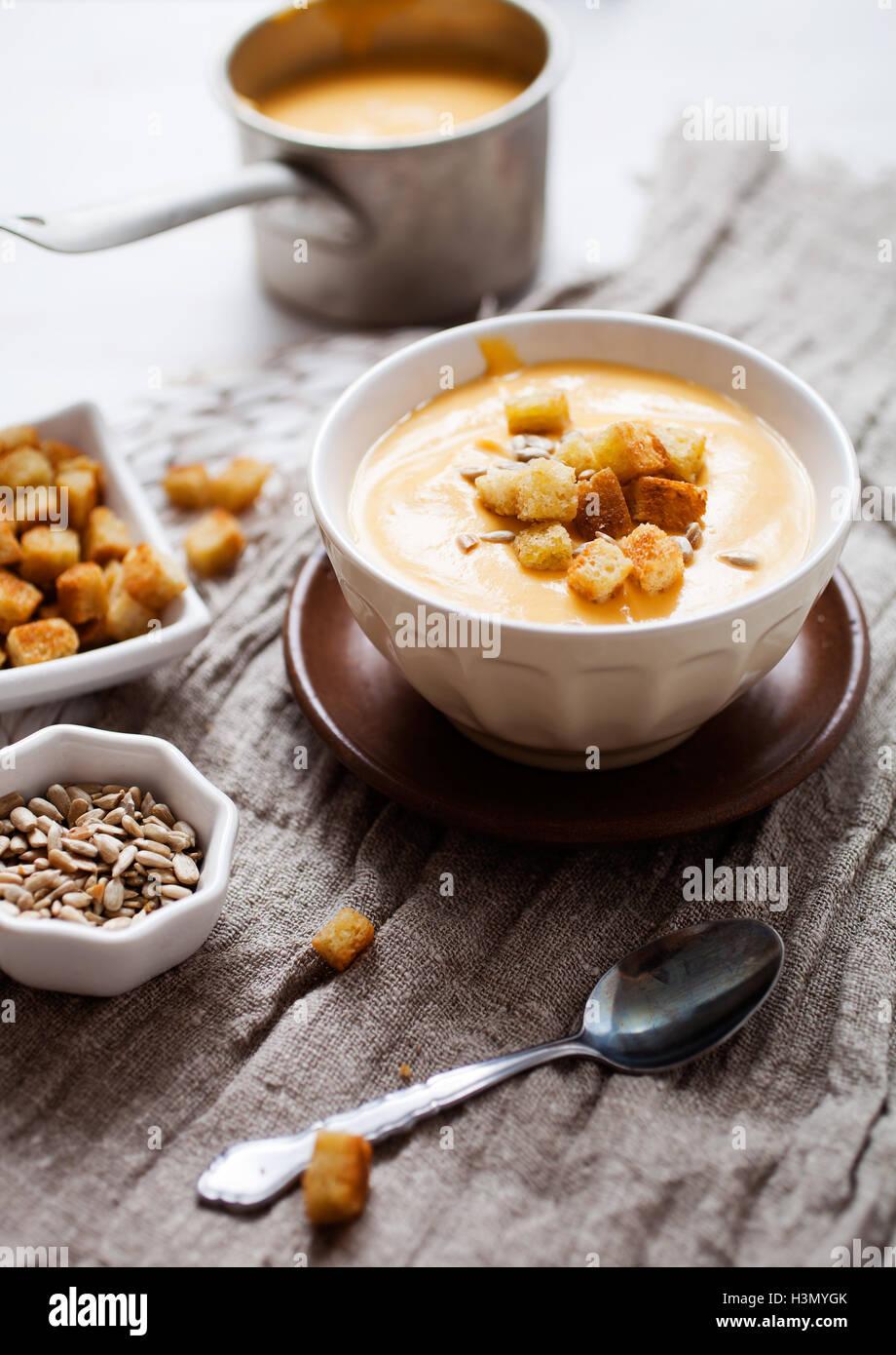 Soupe aux patates douces, carottes et noix de coco Photo Stock