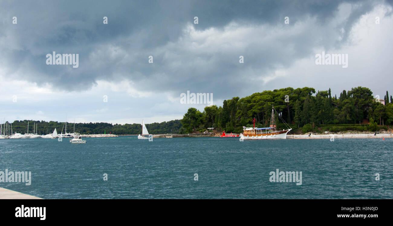 Belle Mer Adriatique avec beau ciel, des rochers, des arbres et des vues incroyables. Banque D'Images